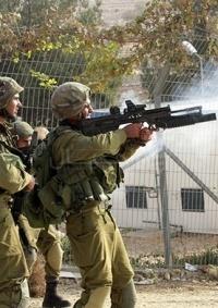 نابلس: إصابات بالمطاط وحالات اختناق خلال مواجهات مع الاحتلال ومستوطنيه