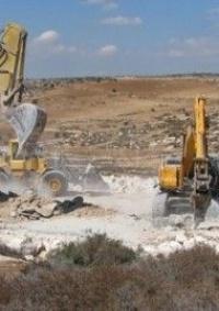 قوات الاحتلال تُجرف أراضي زراعية وتهدم سلاسل حجرية غرب بيت لحم