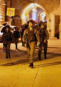 (شاهد) الاحتلال يعتدي على المصلين بباب حُطّة ويعتقل عدداً منهم بينهم فتاة