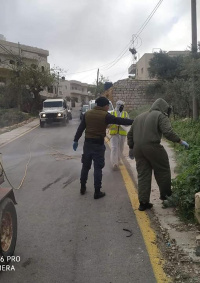 (شاهد) جنود الاحتلال يبصقون على أبواب المركبات والمنازل في بيت أمر
