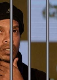 الساحر رونالدينيو يخرج من السجن بكفالة كبيرة