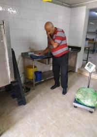 صحة بيت لحم توقف مطعم عن العمل لتخزينه مواد غذائية منتهية الصلاحية