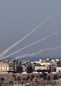 حماس تطلق وابلًا من الصواريخ التجريبية في رسائل تهديد للاحتلال