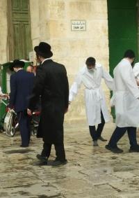 مستوطنون يقتحمون الأقصى وشرطة الاحتلال تدنس الجامع القبلي
