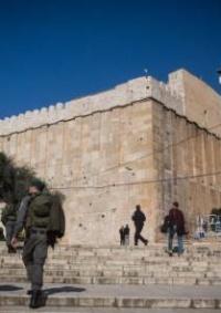 الاحتلال يغلق الحرم الإبراهيمي أمام المصلين ويشدد اجراءاته وسط الخليل