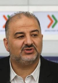 منصور عباس يدافع عن نتنياهو والطيبي يدعو لإسقاطه