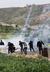 الاحتلال يعتدي على المشاركين في فعالية ضد الاستيطان بمسافر يطا جنوب الخليل