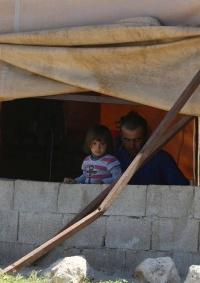 الاحتلال يخطر بهدم مجلس قروي وعيادة صحية وازالة 12 خيمة سكنية جنوب الخليل