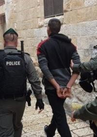 الاحتلال يعتقل شابا من العيسوية ويستولي على بسطات باعة متجولين في القدس