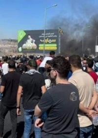 بعد اشتباك مسلح .. إطلاق نار كثيف على المتظاهرين والصحافيين عند مدخل البيرة