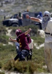 مستوطنون يهاجمون منزلا في قريوت والأهالي يتصدون لهم