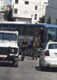 حافلة تقل جنودا إسرائيليين تدخل الخليل عن طريق الخطأ
