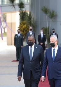 غانتس يناقش مع نظيره الأمريكي وقف التسلح النووي الإيراني