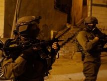 مواجهات عنيفة واعتقالات خلال اقتحام مناطق في رام الله
