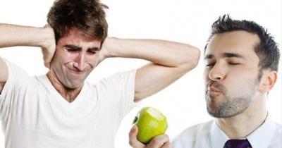 هل يزعجك صوت مضغ الطعام؟ .. اليك السبب