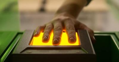بعد البطاقات المغناطيسية... تطوير تقنية لإرسال المعلومات مباشرة عبر بصمة الأصابع