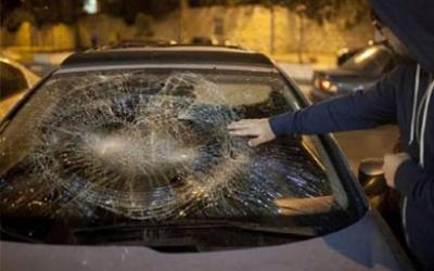 مستوطنون يهاجمون سيارة فلسطينية شرق الخليل