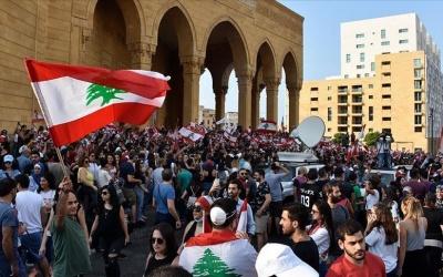 ردا على إصلاحات الحريري.. متظاهرون يهتفون بإسقاط النظام