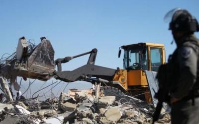 الاحتلال يهدم غرفة زراعية ويجرف أرض غرب الخليل