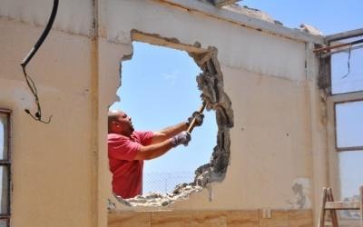 (شاهد) الاحتلال يجبر مواطنا على هدم مسكنه ذاتيا جنوب شرق القدس