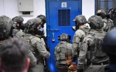 قوات القمع تقتحم غرف الأسرى في