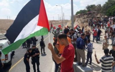 عشرات المواطنين يشاركون في مسيرة ضد اعتداءات المستوطنين بأراضي
