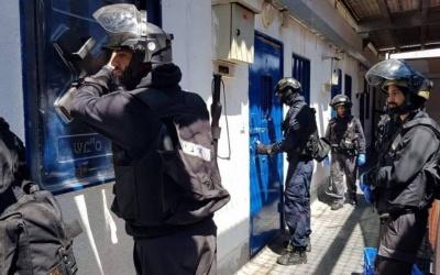 قوات القمع في سجون الاحتلال تقتحم قسم (1) في
