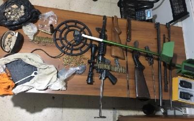 الشرطة تضبط أسلحة نارية وذخيرة وقطع أثرية في بيت لحم