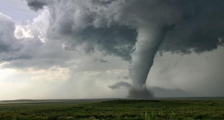 """طيار أمريكي يدخل قلب إعصار """"التنين"""""""