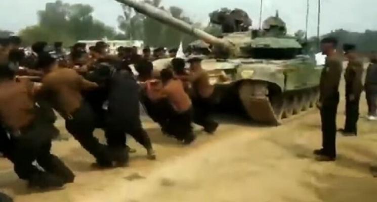 """الجنود الهنود يجرون دبابة """"تي - 90"""" يدويا"""